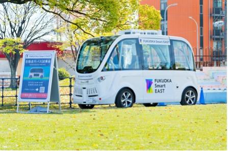 ハンドルのない自動運転小型バス「ナビヤ社製 アルマ」
